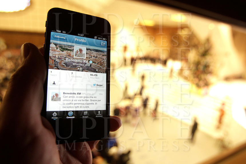 """Uno smartphone con il primo """"tweet"""" in italiano di Papa Benedetto XVI su Twitter, durante l'udienza settimanale del mercoledi' in Aula Paolo VI, Citta' del Vaticano, 12 dicembre 2012..A smartphone showing Pope Benedict XVI's first """"tweet"""" in Italian on the social network Twitter is seen during the weekly general audience in the Paul VI hall at the Vatican, 12 December 2012..UPDATE IMAGES PRESS/Riccardo De Luca"""