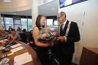 POLITIEK: JOURE: GEMEENTEHUIS: 26-08-2015, Ontwerpster van de nieuwe Ambtsketen van de Gemeente de Fryske Marren Jasmin Kuusinen krijgt bloemen van Burgemeester Arie Aalberts, ©foto Martin de Jong