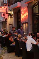 Straßenrestaurant in der Altstadt von  L'Ile Rousse, Korsika, Frankreich