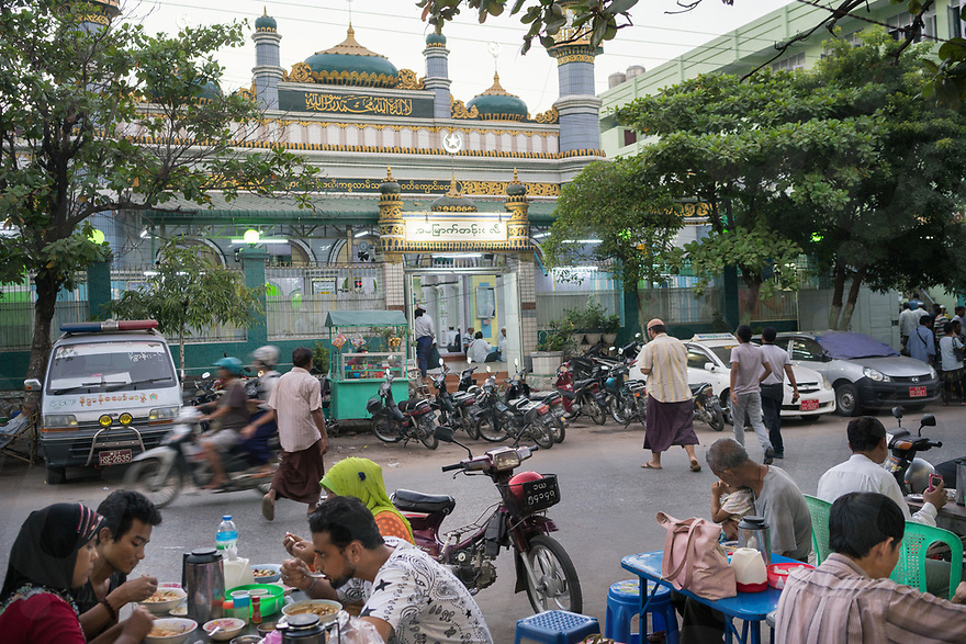 October 25, 2015 - Mandalay (Myanmar). Customers eat in a street restaurant in front of Mogul Shia Jamay Mosque in central Mandalay. © Thomas Cristofoletti / Ruom