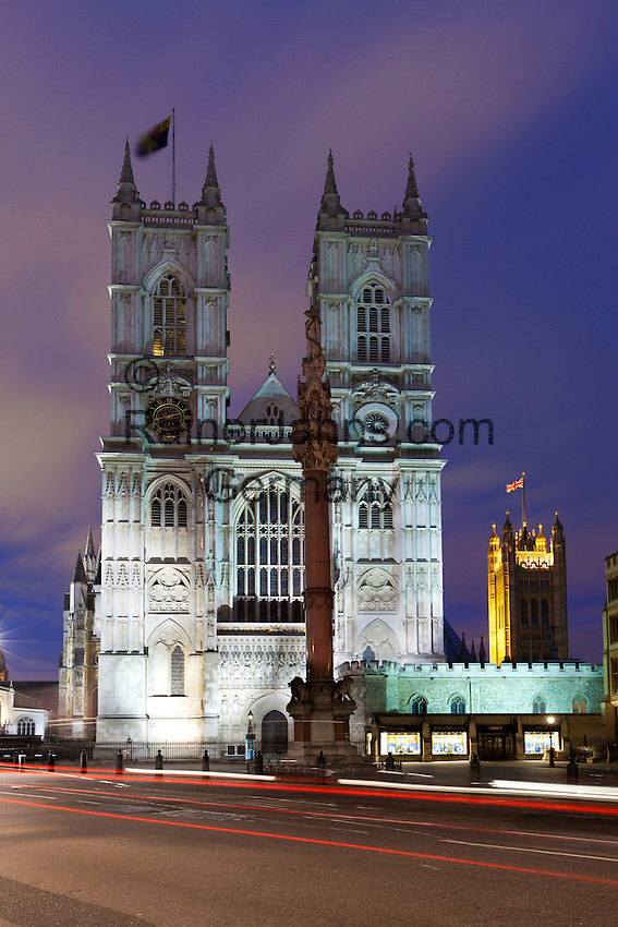 United Kingdom, London: Westminster Abbey with tower of Houses of Parliament behind | Grossbritannien, England, London: Westminster Abbey und die Tuerme des Houses of Parliament im Hintergrund