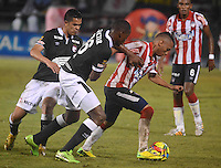 BARRANQUILLA -COLOMBIA-22-OCTUBRE-2014. Jarlan Barrera  (Der)  del Atletico Junior  disputa el balon con Yerri Mina y Yulian Anchico  del Independiente Santa Fe   ,  partido de ida por la semifinal de  la Copa Postobon  disputado en el estadio Metropolitano. / Jarlan Barrera  (R) of Atletico Junior fights for the ball with Yerri Mina and Yulian Anchico of  Independiente Santa Fe leg of the semifinals of the Copa Postobon played at Metropolitan Stadium. Photo: VizzorImage / Alfonso Cervantes / Stringer