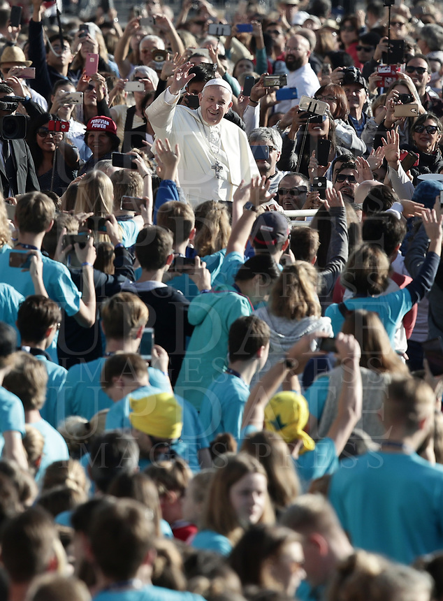 Papa Francesco saluta i fedeli al suo arrivo all'udienza generale del mercoledi' in Piazza San Pietro, Citta' del Vaticano, 10 ottobre 2018.<br /> Pope Francis waves to faithful as he arrives to lead his weekly general audience in St. Peter's Square at the Vatican, on October 10, 2018.<br /> <br /> STRICTLY ONLY FOR EDITORIAL USE