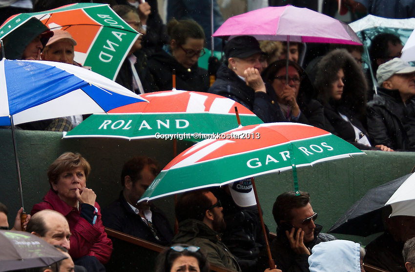 30-05-13, Tennis, France, Paris, Roland Garros, Rain on centercourt