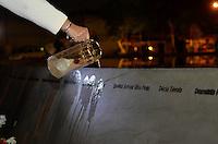 SÃO PAULO 17 JULHO 2013 – 6 ANOS DA QUEDA DO AVIÃO DA TAM - Familiares das vítimas do avião da TAM (vôo JJ3054) que matou 199 pessoas em 2007, se reuniram para uma vigília de orações no dia em que completa 6 anos da tragédia. O encontro aconteceu na noite desta quarta feira (17) na Praça Memorial 17 de Julho, zona sul de São Paulo. FOTO: LEVI BIANCO - BRAZIL PHOTO PRESS