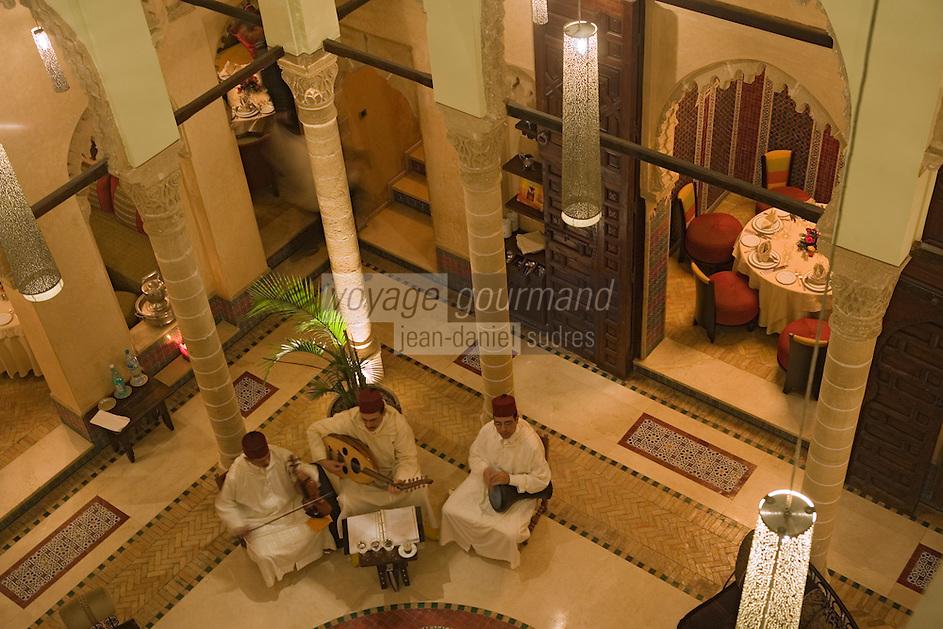 Afrique/Afrique du Nord/Maroc/Rabat: Restaurant Ziryab dans un ancien palais de la médina - la salle et les musiciens