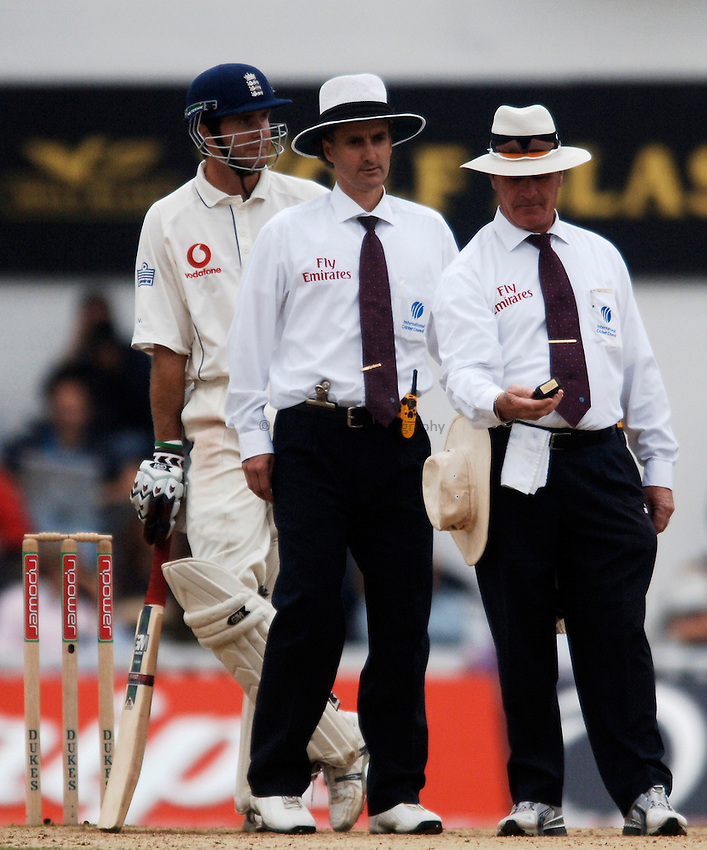 Photo: Glyn Thomas..England v Australia. nPower Test Series. The Ashes 2005..11/09/2005..Umpires Rudi Koertzen (R) and Billy Bowden take a light reading as Michael Vaughan (L) looks on.