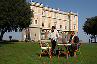 Manager durante una pausa nel parco di Villa Grazioli. Manager during a break, in the park of Villa Grazioli...