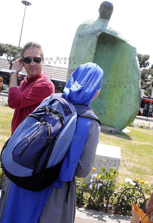 Roma,21 Maggio 2011.Stazione Termini, Piazza dei Cinquecento.Passanti e turisti davanti la statua..una suora