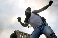 CÚCUTA - COLOMBIA, 23-02-2019: Manifestantes se enfrentan a las fuerzas de seguridad de Venezuela, en Cúcuta en el puente Francisco de Paula Santander en la frontera entre Colombia y Venezuela. / Demonstrators clash with Venezuelan security forces in Cúcuta on the Francisco de Paula Santander bridge on the border between Colombia and Venezuela. Photo: VizzorImage / Manuel Hernández / Cont.