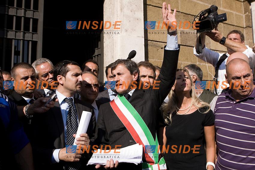 PROTESTA DEL SINDACO E DELLA GIUNTA DI ROMA  CONTRO I TAGLI AI COMUNI PRESENTI NELLA MANOVRA ECONOMICA..NELLA FOTO IL SINDACO GIANNI ALEMANNO DISTRIBUISCE VOLANTINI DAVANTI  ALL ANAGRAFE DI ROMA..ROMA 15 SETTEMBRE  2011..PHOTO  SERENA CREMASCHI INSIDEFOTO..............................