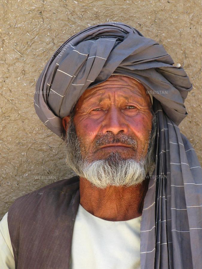 AFGHANISTAN - PROVINCE DE SAMANGAN - AYBAK - 5/08/2009 :  Rassemblement de population, en majorite Ouzbek, venue ecouter et soutenir le Dr. Abdullah Abdullah, candidat aux elections presidentielles afghanes de 2009. .Portrait d'un vieil homme ouzbek, en habit traditionnel afghan...AFGHANISTAN - SAMANGAN PROVINCE - AYBAK - 5/08/2009 : At a rally where mostly ethnic Uzbeks have gathered in support of Dr. Abdullah Abdullah, candidate in the 2009 Afghan presidential elections..Portrait of an old Uzbek man in traditional Afghan dress.