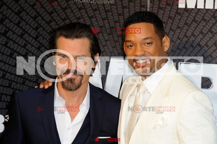 News Pictures--- PARIS, FRANCE - MAY 11: US actors Josh Brolin and Will Smith (right) attend the 'Men in Black 3' (MIB 3) european film premiere at 'Le Grand Rex', on May 11, 2012 in Paris, France. Local Caption Josh Brolin, Will Smith  .. Credit: Edouard Bernaux/News Pictures/MediaPunch Inc. ***FOR USA ONLY***