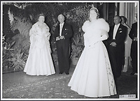 Royal gala evening. Queen Juliana and Mayor of Amsterdam d'Ailly look at Princess Beatrix in evening dress Date: 1956