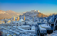 Oesterreich, Salzburger Land, Salzburg, Skyline mit Kirchtuermen, Kuppel des Doms und Festung Hohensalzburg im Winter | Austria, Salzburger Land, Salzburg, Skyline with cathedral's towers, dome and fortress Hohensalzburg in winter