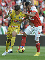 BOGOTÁ -COLOMBIA, 13-04-2014. Wilder Medina (Der) jugador de Independiente Santa Fe disputa el balón con Marco Antonio Canchilla (Izq) player of Atlético Huila durante partido por la fecha 17 de la Liga Postobón  I 2014 disputado en el estadio Nemesio Camacho El Campín de la ciudad de Bogotá./ Wilder Medina (R) player of Independiente Santa Fe fights the ball with Marco Antonio Canchilla (L) player of Atletico Huila during the match for the 17th date of the Postobon  League I 2014 played at Nemesio Camacho El Campin stadium in Bogotá city. Photo: VizzorImage/ Gabriel Aponte / Staff