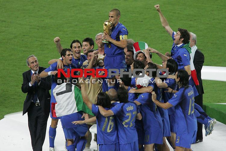 FIFA WM 2006 -  Final - Finale<br /> Play    #64  (09. Juli ) Italien - Frankreich<br /> <br /> Fabio Cannavaro (Mitte) von Italien k&uuml;sst den Pokal.<br /> <br /> Foto &copy; nordphoto
