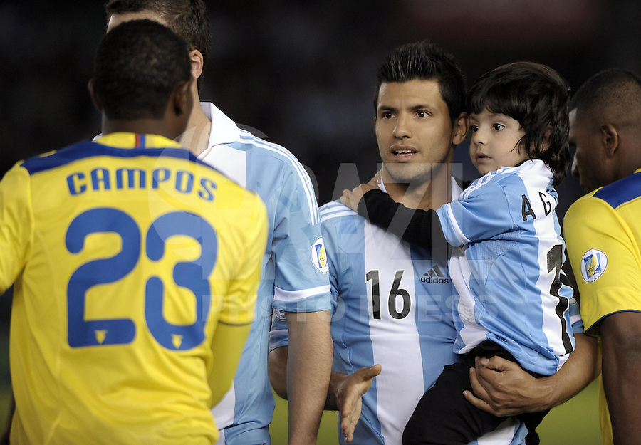 BUENOS AIRES, ARGENTINA, 02 DE JUNHO 2012 - ELIMINATORIAS SULAMERICANAS - ARGENTINA X EQUADOR - Aguero da Argentina, segura o neto do ex jogador Diego Maradona momento antes partida diante do Equador, durante partida válida pelas Eliminatórias sul-americanas para a Copa de 2014, no Estádio Monumental de Núñez, em Buenos Aires, neste sábado. A seleção argentina venceu por 4 a 0.  (FOTO: JUANI RONCORONI / BRAZIL PHOTO PRESS).