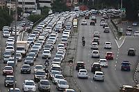 SÃO PAULO,SP, 17.03.2016 -TRÂNSITO-SP - Motoristas enfrentam trânsito intenso no sentido leste do viaduto Júlio de Mesquita Filho, no bairro da Bela Vista, na região central de São Paulo, nesta quinta-feira, 17. (Foto: William Volcov/Brazil Photo Press)