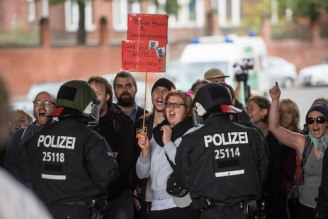 Protest gegen den &quot;Marsch fuer das Leben&quot; des konservativen Bundesverbandes Lebensrecht (BVL) am Samstag den 17. September 2016 in Berlin. Mehrere tausend Lebensschuetzer zogen mit dem jaehrlichen &quot;Marsch fuer das Leben&quot;. Sie sind gegen ein Selbsbestimmungsrecht der Frau und fuer ein Verbot von Abtreibung.<br /> Gegnerinnen und Gegner der christlichen Fundamentalisten protestierten lautstark und riefen &quot;Mittelalter, Mittelalter!&quot; und &quot;Haett Maria abgetrieben, waert ihr uns erspart geblieben&quot;.<br /> 17.9.2016, Berlin<br /> Copyright: Christian-Ditsch.de<br /> [Inhaltsveraendernde Manipulation des Fotos nur nach ausdruecklicher Genehmigung des Fotografen. Vereinbarungen ueber Abtretung von Persoenlichkeitsrechten/Model Release der abgebildeten Person/Personen liegen nicht vor. NO MODEL RELEASE! Nur fuer Redaktionelle Zwecke. Don't publish without copyright Christian-Ditsch.de, Veroeffentlichung nur mit Fotografennennung, sowie gegen Honorar, MwSt. und Beleg. Konto: I N G - D i B a, IBAN DE58500105175400192269, BIC INGDDEFFXXX, Kontakt: post@christian-ditsch.de<br /> Bei der Bearbeitung der Dateiinformationen darf die Urheberkennzeichnung in den EXIF- und  IPTC-Daten nicht entfernt werden, diese sind in digitalen Medien nach &sect;95c UrhG rechtlich geschuetzt. Der Urhebervermerk wird gemaess &sect;13 UrhG verlangt.]