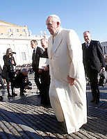 Papa Francesco arriva all'udienza generale del mercoledi' in Piazza San Pietro, Citta' del Vaticano, 17 dicembre 2014.<br /> Pope Francis arrives for his weekly general audience in St. Peter's Square at the Vatican, 17 December 2014.<br /> UPDATE IMAGES PRESS/Riccardo De Luca<br /> <br /> STRICTLY ONLY FOR EDITORIAL USE