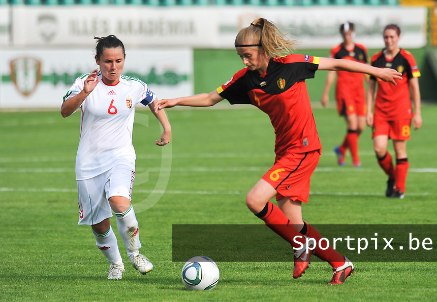 Hungary - Hongarije : UEFA Women's Euro Qualifying group stage (Group 3) - 20/06/2012 - 17:00 - szombathely  - : Hungary ( Hongarije ) - BELGIUM ( Belgie) :.Julie Biesmans aan de bal voor Angela Smuczer.foto DAVID CATRY / JOKE VUYLSTEKE / Vrouwenteam.be.