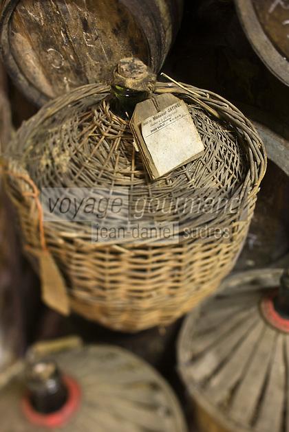 Europe/France/Aquitaine/24/Dordogne/Vallée de la Dordogne/Périgord/Périgord Noir/Sarlat-la-Canéda: Bonbonnes d'eau de vie de prune à la distillerie de la Salamandre