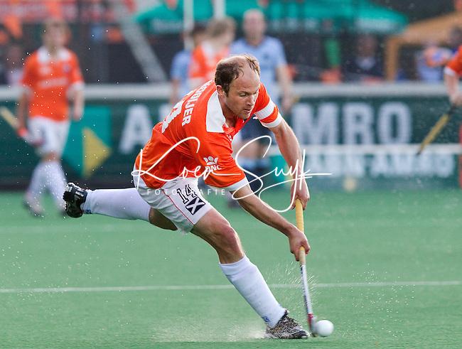 BLOEMENDAAL -   Bloemedaal aanvoerder Teun de Nooijer aan de bal, tijdens Halve finale play off's hockey Bloemendaal-Laren (6-0). ANP COPYRIGHT KOEN SUYK