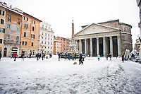 Piazza del Pantheon ricoperta di neve. Una fitta nevicata ha imbiancato anche la Capitale dopo aver colpito gran parte dell'Italia provocando seri danni e enormi disagi alla circolazione di tutti i mezzi..A rare snowfall blanketed Rome. Other parts of the country experienced frigid temperatures unseen in years.