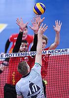 Volleyball 1. Bundesliga  Saison 2017/2018 TV Rottenburg - Hypo Tirol Alpen Volleys Haching     27.12.2017 TV Rottenburg Block; Idner Faustino Lima Martins (li) und Lars Wilmsen gegen Rudy Verhoeff (unten, Alpen Volleys Haching)