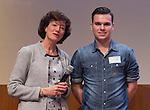 UTRECHT - Karin Pannekoek reikt de Vrijwilligers Award van het Jaar uit aan Thomas Sramek  van MHC Lelystad uit.  Foto Koen Suyk.
