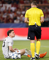 Calcio, Champions League, Gruppo E: Roma vs Barcellona. Roma, stadio Olimpico, 16 settembre 2015.<br /> Roma&rsquo;s goalkeeper Wojciech Szczesny, left, is assisted by referee Bjorn Kuipers after getting injured during a Champions League, Group E football match between Roma and FC Barcelona, at Rome's Olympic stadium, 16 September 2015.<br /> UPDATE IMAGES PRESS/Isabella Bonotto