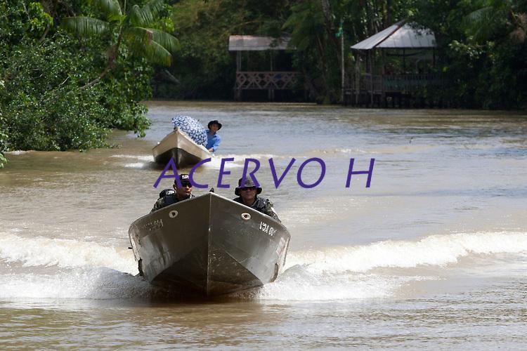 Eleições 2014.<br /> Polícia fluvial chaga  a 76 zona eleitoral na região das ilhas <br /> Belém, Pará, Brasil.<br /> Foto Paulo Santos<br /> 05/10/2014