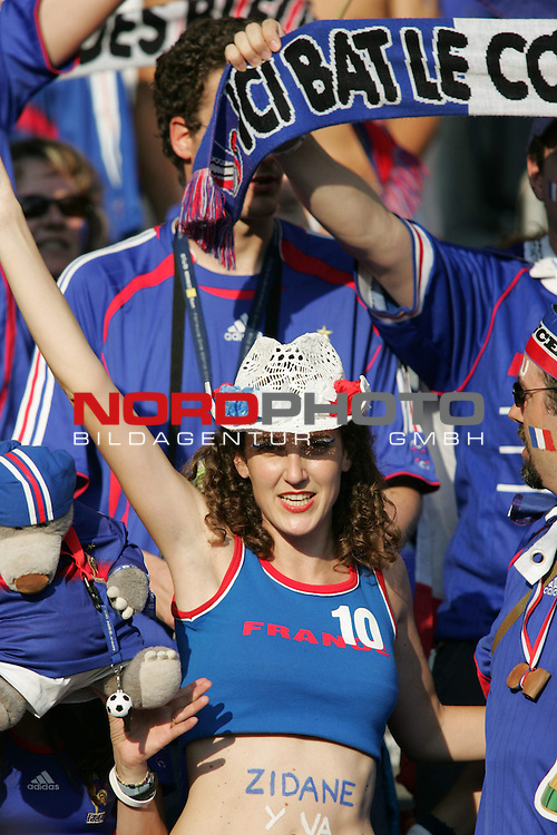 FIFA WM 2006 - Final / Finale<br /> Play #64 (09-Jul) - Italy vs France.<br /> Supporters from France celebrate prior to the match of the World Cup in Berlin.<br /> Foto &copy; nordphoto