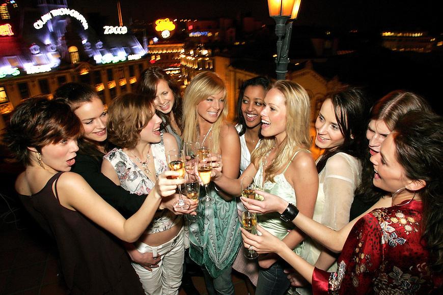 Oslo, 20050217. TV 3s Top Model 2005, premierefest...Ute pA? takterrassen pA? Grand var Kathrine S¯rland og de ni som kjemper om modellkontrakten. Fra venstre: Anna Kolaczkowska (21), Kine Bakke (21), Tina Nordby (22),       Henriette Stenbeck (19), Kathrine S¯rland (24), Warsan Adam (22), Amila Vuckic (19), Anne Hauge (24), Kristin Rem..Trehj¯rningen (20) og Marna Haugen (23).....Foto: Eirik Helland Urke