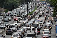 ATENCAO EDITOR: FOTO EMBARGADA PARA VEICULOS INTERNACIONAIS. SAO PAULO, SP, 26 DE NOVEMBRO DE 2012 - Transito intenso na Avenida 23 de Maio, altura do Paraiso, no fim da tarde desta segunda feira, 26, regiao central da capital.   FOTO: ALEXANDRE MOREIRA - BRAZIL PHOTO PRESS.