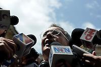 BOGOTÁ -COLOMBIA. 09-03-2014. Álvaro Uribe Vélez, expresidente de Colombia, habla a los periodistas después de ejercer su derecho al voto durante las elecciones parlamentarias en Bogotá, Colombia, hoy 9 de marzo de 2014. Los colombianos elegirán por voto directo en las urnas 102 nuevos miembros del Senado de la República, 166 representantes a la Cámara de Representantes y 5 representantes al Parlamento Andino./ Alvaro Uribe Velez, former President of Colombia, speaks to the journalist after exerting his right to vote in the parliamentary elections in Bogota, Colombia, today March 9, 2014. Colombians will elect by direct vote at the polls 102 new members of the Senate, 166 representatives to the House of Representatives and five representatives to the Andean Parliament. Photo: VizzorImage/ Gabriel Aponte / Staff