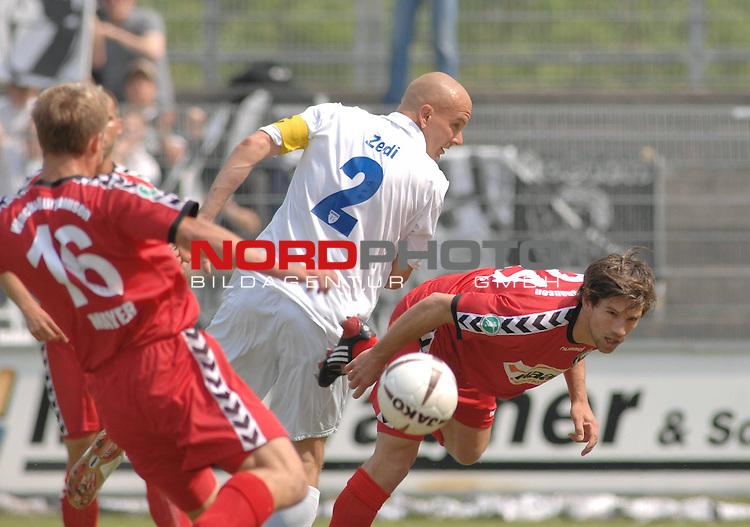 3. FBL 2008/2009 34. Spieltag RŁckrunde BSV Kickers Emden vs. Wacker Burghausen,  Rudi Zedi (Emden #2, weiŖ) mit dem Kopf zum Ball gegen Julian Matiasovits (Burghausen #24) und Thomas Mayer (Burghausen #16) , Foto © nph (nordphoto)
