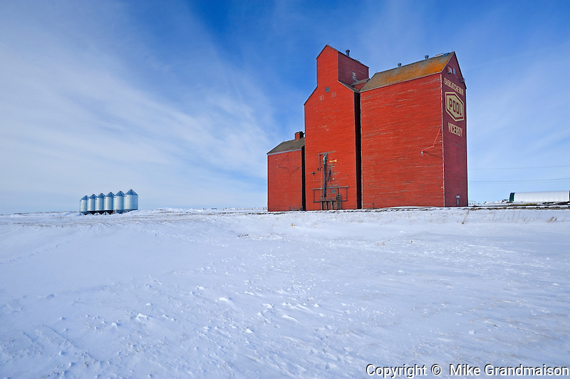 Grain elevator and grain bins<br /> Viceroy<br /> Saskatchewan<br /> Canada