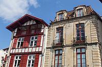 France, Pyrénées-Atlantiques (64), Pays-Basque, Saint-Jean-de-Luz : rue Mazarin - Maison Alexandrenia et Maison des trois canons // France, Pyrenees Atlantiques, Basque Country, Saint Jean de Luz:  Maison Alexandrenia et Maison des trois canons