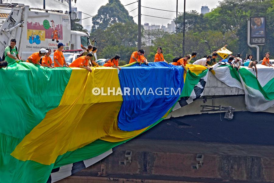 Manifestação pela despoluição do Rio Tietê. Dia Mundial Sem Carro. São Paulo. 2007. Foto de Juca Martins.