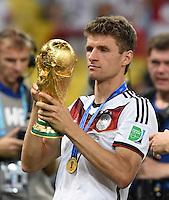 FUSSBALL WM 2014                       FINALE   Deutschland - Argentinien     13.07.2014 DEUTSCHLAND FEIERT DEN WM TITEL: Thomas Mueller jubelt mit dem WM Pokal