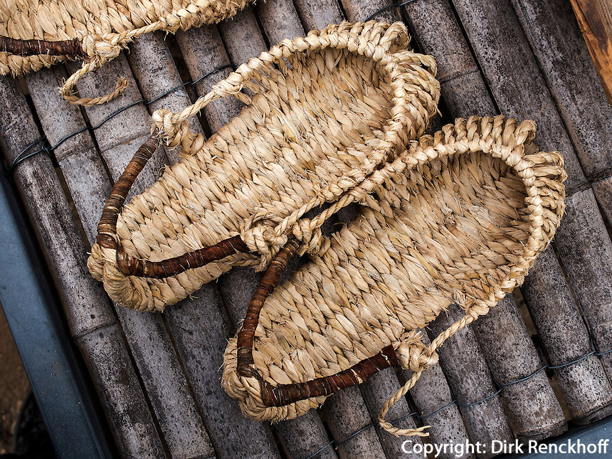 Strohsandalen im Folk-village Naganneupsong-ehemalige Festung, Provinz Jeollanam-do, S&uuml;dkorea, Asien<br /> straw sandals in Folk-village Naganneupsong- a former fortress, province Jeollanam-do, South Korea, Asia