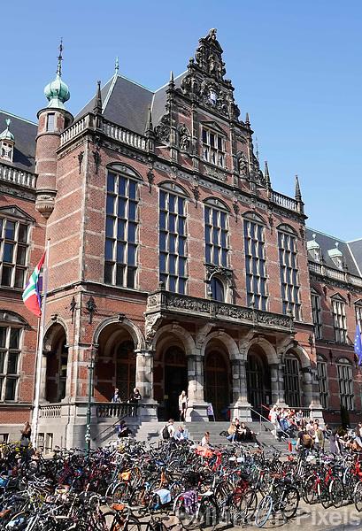 Nederland Groningen  2019. Fietsen voor het Academiegebouw. Studenten zitten op de trap bij de ingang. Foto Berlinda van Dam / Hollandse Hoogte