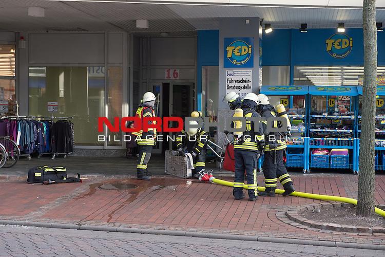23.12.2013, Auktionszentrum, Vechta, Brand Hochhaus Selve Vechta, im Bild<br /> Ein Grossaufgebot der Vechtaer Feuerwehr wurde am Montag kurz nach 14 Uhr alarmiert um ein Feuer am ehemaligen Kaufhaus zu bek&radic;&sect;mpfen<br /> <br /> Das Feuer wurde schnell gel&radic;&part;scht<br /> <br /> <br /> Foto &not;&copy; KFOTO / Kokenge