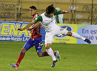 PASTO -COLOMBIA, 07-12-2013. Kevin Rendon (Izq)  jugador del Deportivo Pasto disputa el balón con Nery Bareiro (Der) jugador del Deportivo Cali durante partido por la fecha 6 de los cuadrangulares finales de la Liga Postobón II 2013 realizado en el estadio La Libertad de Pasto./ Kevin Rendon (L) player of Deportivo Pasto vies for the ball with Nery Bareiro (R) player of Deportivo Cali during the match for the 6th date of final quadrangulars of the Postobon  League II 2013 played at La Libertad in Pasto city. Photo: VizzorImage/STR