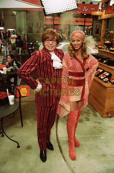 MIKE MYERS & BEYONCE KNOWLES.in Austin Powers in Goldmember.Filmstill - Editorial Use Only.CAP/AWFF.www.capitalpictures.com.sales@capitalpictures.com.Supplied By Capital Pictures.