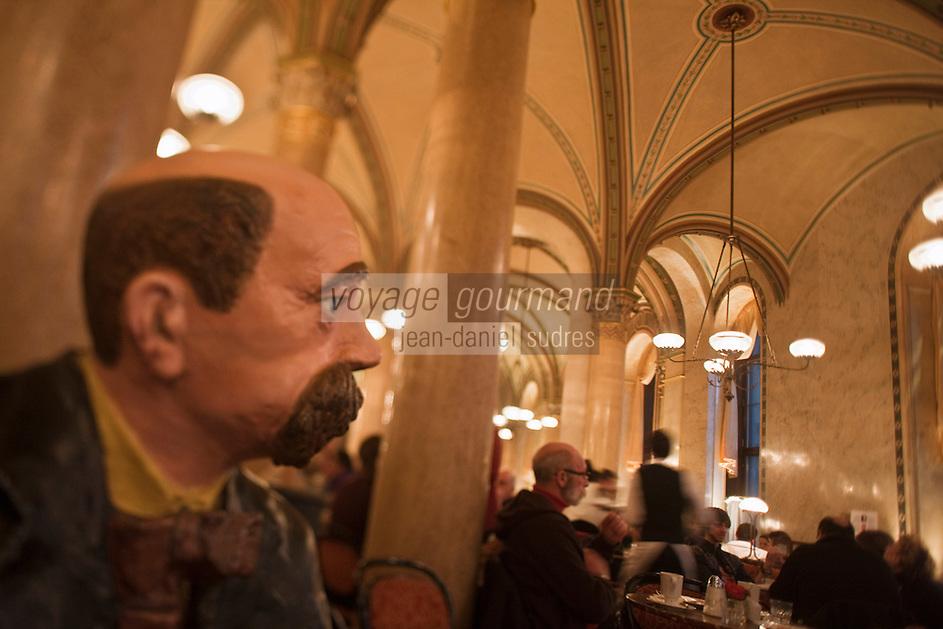 Europe/Autriche/Niederösterreich/Vienne: Café traditionnel viennois:  Le Café Central, Palais Ferstel, Herrengasse- Statue en papier maché  du poète Peter Altenberg