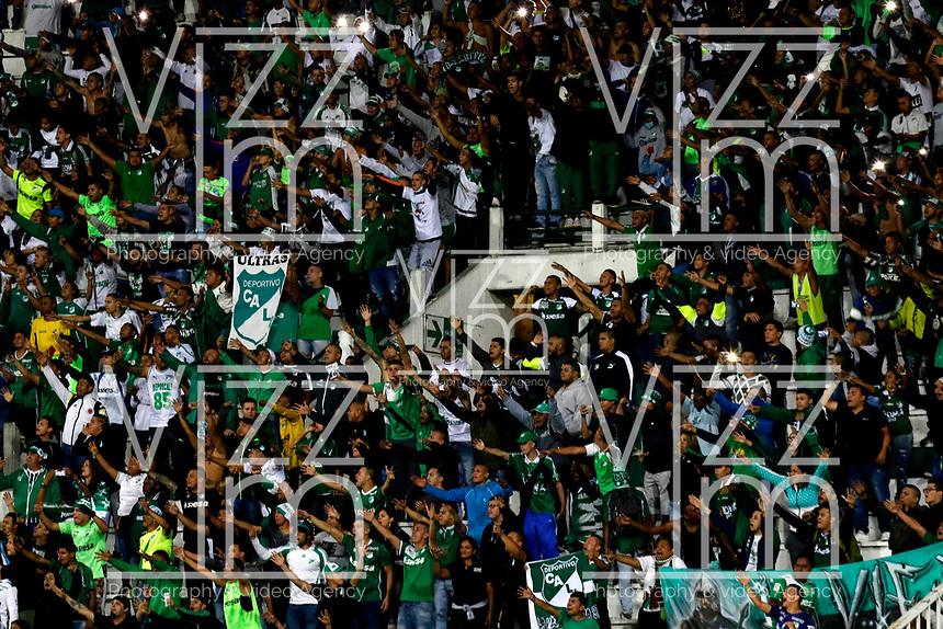 MANIZALES-COLOMBIA, 24-04-2019: Hinchas de Deportivo Cali, animan a su equipo durante partido adelantado de la fecha 19 entre Once Caldas y Deportivo Cali, por la Liga Águila I 2019, jugado en el estadio Palogrande de la ciudad de Manizales. / Fans of Deportivo Cali, cheer for their team during early match of date 19th date between Once Caldas and Deportivo Cali, for the Aguila Leguaje I 2019 played at the Palogrande Stadium in Manizales city. / Photo: VizzorImage / Santiago Osorio / Cont.
