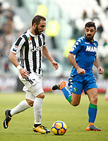 Calcio, Serie A: Juventus - Sassuolo, Torino, Allianz Stadium, 4 Febbraio 2018. <br /> Juventus' Gonzalo Higuain (l) in action with Sassuolo's captain Francesco Magnanelli (r) during the Italian Serie A football match between Juventus and Sassuolo at Torino's Allianz stadium, February 4, 2018.<br /> UPDATE IMAGES PRESS/Isabella Bonotto